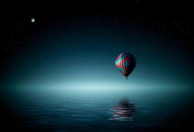 montgolfière itinérante au-dessus de l'eau